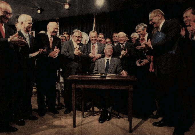 clinton_signs_glass_steagall_repeal.jpeg