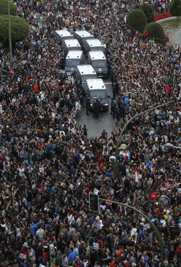 Protesters who were robbed by Rothschild's NWO Cabal, Surround Their Fellow Police Citizens, saying enough is enough.