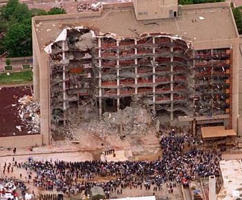 Medlemmer av søk- og redningsmannskap deltar på en minnestund foran Alfred P. Murrah Federal Building i Oklahoma City 5. mai 1995.