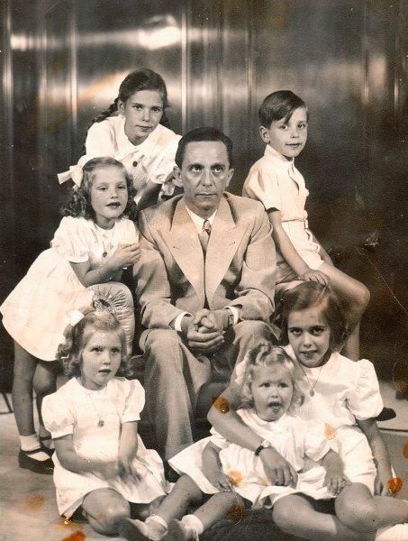 Hitler's Propaganda Henchman ~ Joseph Goebbels mit seinen Kindern Helga, Hilde, Helmut, Holde, Hedda und Heide