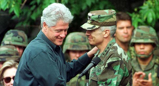 Mange kristne lever Denne dagen ville være død i morgen på grunn av disse to mennene.  President Bill Clinton blir møtt av NATOs øverstkommanderende for Europa Wesley Clark, til høyre, før han henvender seg til amerikanske soldater i Task Force Able Sentry Camp 25 miles øst for Skopje, Makedonia 22. juni 1999.