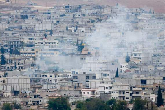 Smoke rises from the Syrian town of Kobani, seen from near the Mursitpinar border crossing on the Turkish-Syrian border in the southeastern town of Suruc in Sanliurfa province, October 16, 2014. The United States is bombing targets in Kobani for humanitarian purposes to relieve defenders of the Syrian town and give them time to organize against Islamic State militants, a senior U.S. official said on Wednesday. REUTERS/Kai Pfaffenbach (TURKEY  - Tags: MILITARY CONFLICT POLITICS)