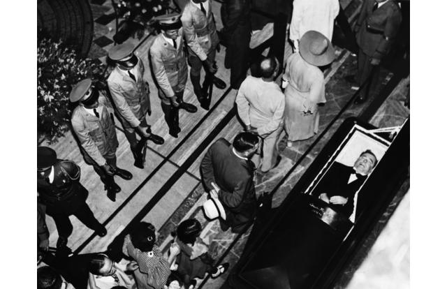 1935, Baton Rouge, Louisiana, USA --- Mourners pass the open coffin of Huey Long after his assassination, 1935. --- Image by © Hulton-Deutsch Collection/CORBIS