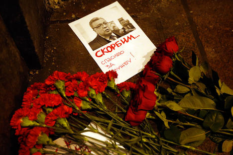 Flowers lie near a picture of Russia's Ambassador to Turkey Andrei Karlov outside the Russian foreign ministry in Moscow, Dec. 19, 2016. Andrey Karlov has been shot at an art exhibition in the Turkish capital of Ankara. Source: EPA